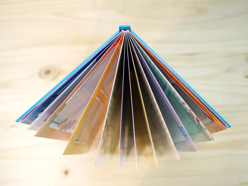 迪士尼蝴蝶相片書採用婚紗級蝴蝶裝訂,內頁厚實有質感